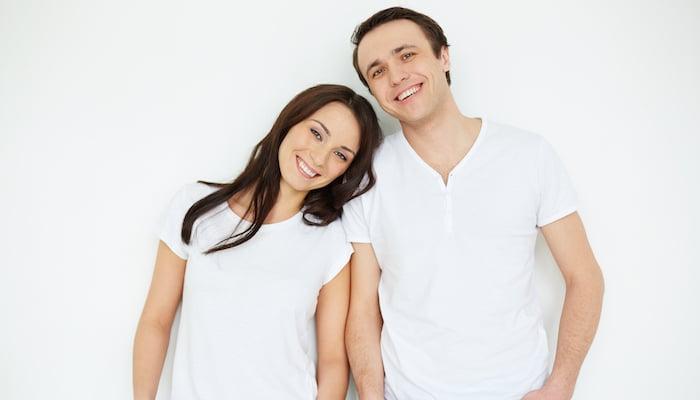 Descoperă de ce hainele tale nu sunt cu adevărat albe